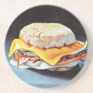 Petit pain anglais de jambon, d'oeufs et de dessous de verres
