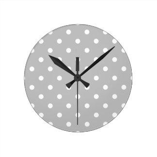 Petit pois - blanc sur gris-clair horloge ronde
