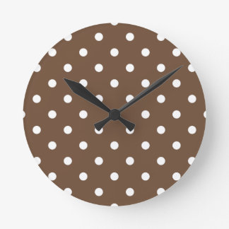 Petit pois - blanc sur le café horloge ronde
