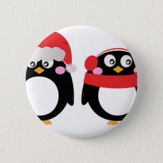 Petit rouge peint à la main de noir de pingouins badge