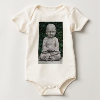 Petit statut de Bouddha dans le jardin Body