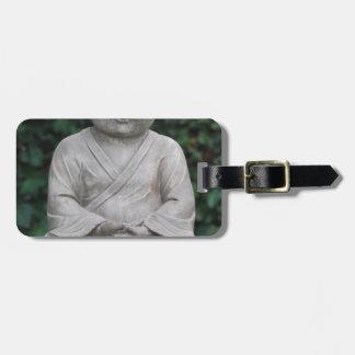 Petit statut de Bouddha dans le jardin Étiquette À Bagage