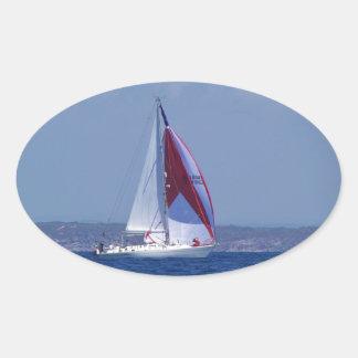 Petit yacht plaçant un spinnaker sticker ovale