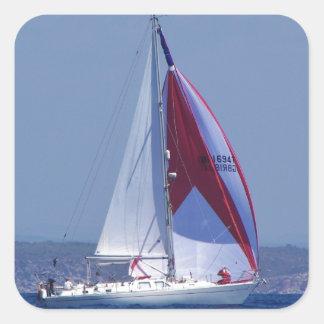 Petit yacht plaçant un spinnaker autocollants carrés