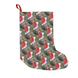 Petite Chaussette De Noël Chiot de beagle portant le casquette de Père Noël