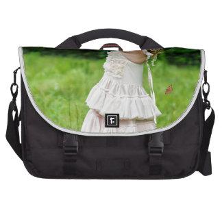 Petite fille attrapant un Butterly Sacoche Pour Ordinateurs Portables