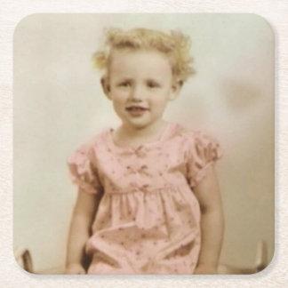 Petite fille blonde vintage dans les dessous de dessous-de-verre carré en papier