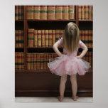 petite fille dans des couvertures de livre de lect affiche