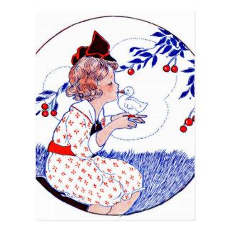 Petite fille embrassant un poussin ou un canard de carte postale