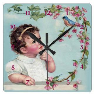 Petite fille et oiseau bleu horloge carrée