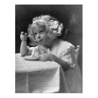 Petite fille mignonne mangeant la crème glacée cartes postales