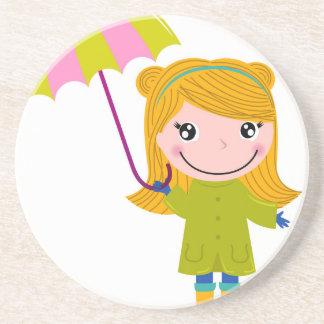 Petite fille pluvieuse mignonne. Illustration Dessous De Verre En Grès