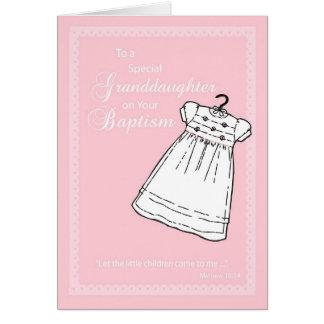 Petite-fille, robe de baptême sur le rose carte de vœux