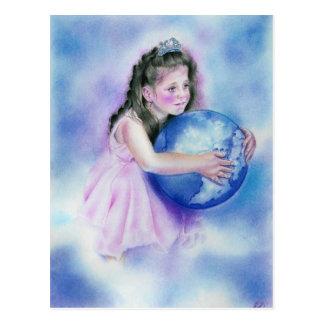 Petite fille tenant la carte postale de la terre