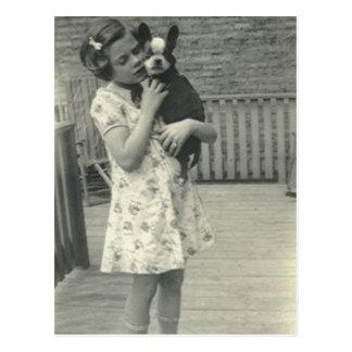 Petite fille tenant sa carte postale de chien