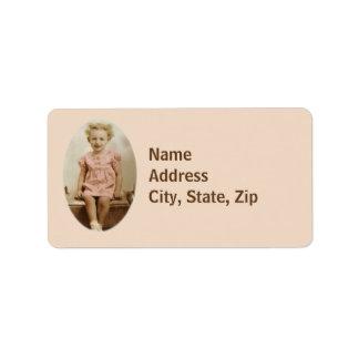 Petite fille vintage dans les étiquettes de