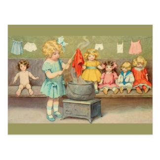 Petite fille vintage jouant avec des poupées cartes postales