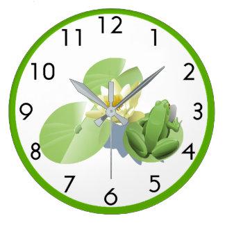 Petite grenouille verte se reposant sur une grande horloge ronde