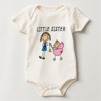 Petite soeur avec de grands T-shirts de SIS