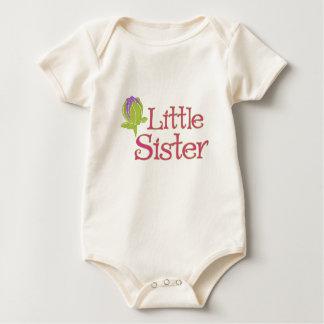 Petite soeur avec la chemise pourpre de bourgeon body