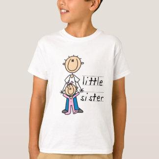 Petite soeur avec le T-shirts et les cadeaux de