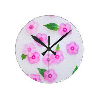 petites fleurs roses horloge ronde