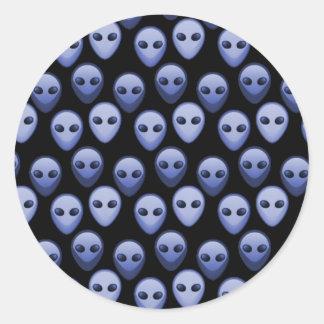Petites têtes étrangères bleues sticker rond