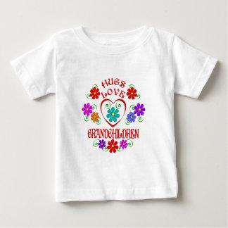 Petits-enfants d'amour d'étreintes t-shirt pour bébé