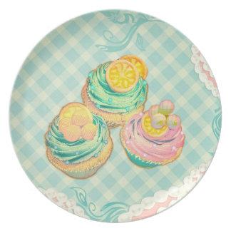 petits gâteaux avec le motif dans des couleurs mig assiettes