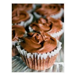 Petits gâteaux givrés par chocolat sur une photo carte postale