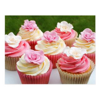 Petits gâteaux roses élégants de mariage carte postale