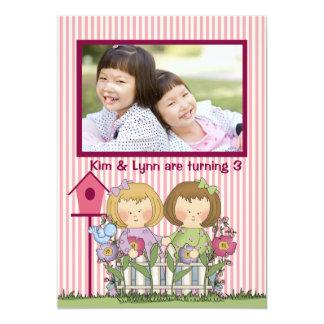 Petits jardiniers jumeaux - fête d'anniversaire de carton d'invitation  12,7 cm x 17,78 cm