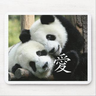 Petits pandas géants affectueux chinois tapis de souris