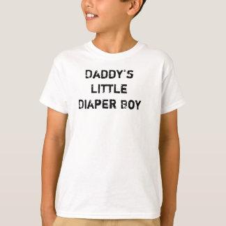 Peu de garçon de la couche-culotte du papa t-shirt