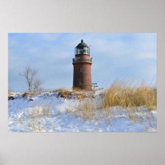 Phare vigoureux sur une côte rocheuse en hiver affiches