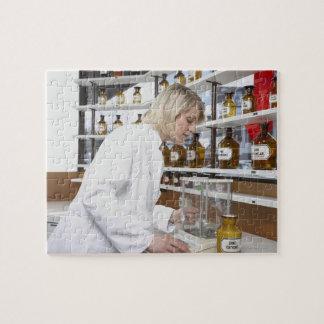 Pharmacien blond travaillant dans le laboratoire puzzle