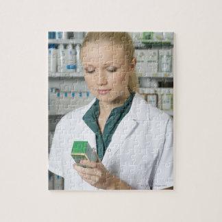 Pharmacien féminin regardant la médecine dedans puzzle