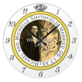 Photo d'anniversaire d'anneau de noces de diamant grande horloge ronde
