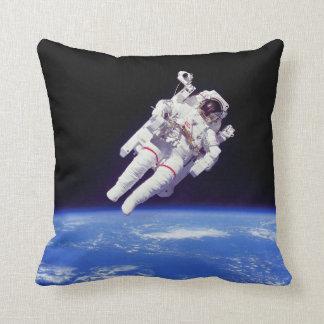 Photo d'orbite terrestre de Spacewalk de Jetpack Coussin