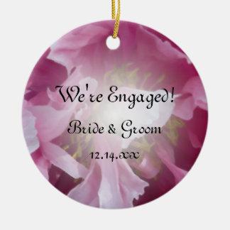 Photo florale de fiançailles de pivoine rose ornement rond en céramique