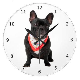Photo mignonne de chien de bouledogue français bel grande horloge ronde