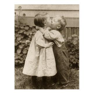 Photo vintage d'amour des enfants embrassant dans carte postale