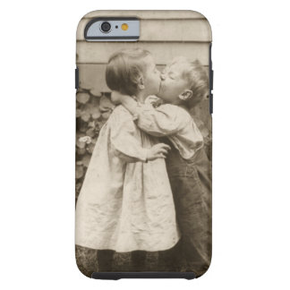 Photo vintage d'amour des enfants embrassant dans coque iPhone 6 tough
