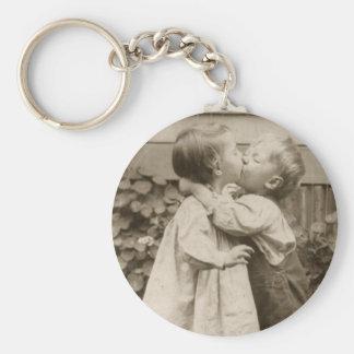 Photo vintage d'amour des enfants embrassant dans porte-clé rond