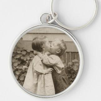Photo vintage d'amour des enfants embrassant dans porte-clé rond argenté