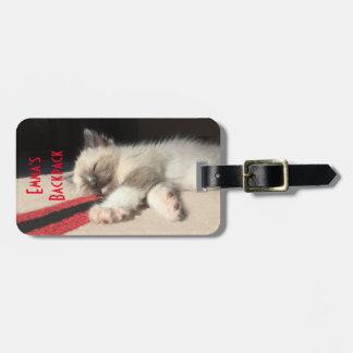 Photographie adorable de chaton de sommeil étiquette à bagage