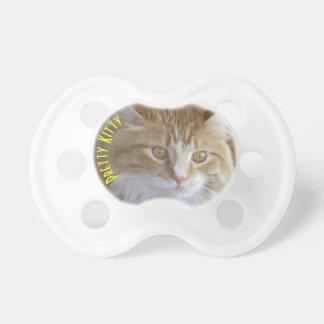 Photographie de plan rapproché de visage de chaton tétine