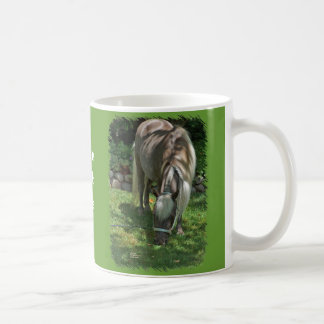 Photographie de poney de Shetland frôlant sur la Mug
