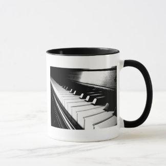 Photographie noire et blanche chique de piano tasse
