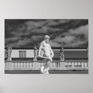 Photographie noire et blanche de statue posters